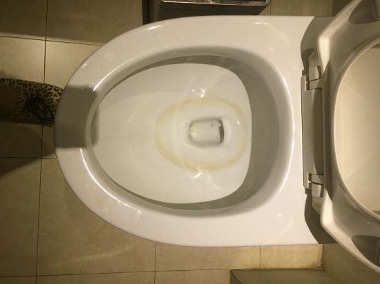 后来发现马桶都是尿渍要求刷洗,前台让等说只有一个服务员,四十分钟