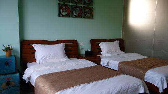 酒店不提供早餐,不过服务员可以帮客人去农家乐买!
