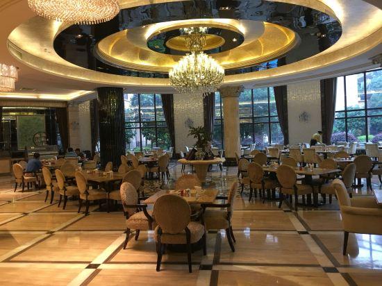 酒店是欧式风格,硬件不错,房间宽大,还有步出式阳台.