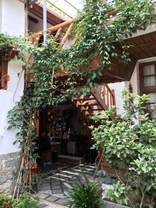 非常赞的小院客栈,木结构建筑,棉麻的窗帘,满园的花草,进门的客厅就