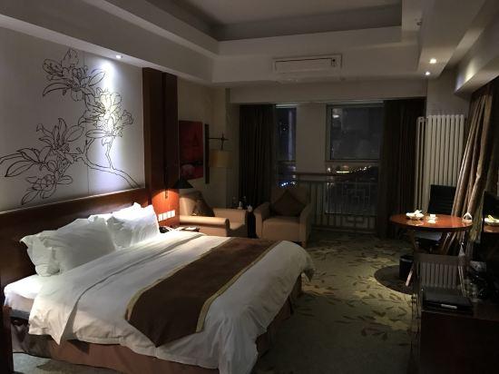 夜晚海边的酒店