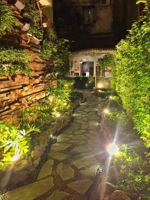 【酒店环境】室内装修很小清新很文艺,晚上门口的灯非常棒(见图片)