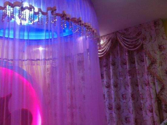 农村炕卧室紫色窗帘配什么颜色壁纸温馨