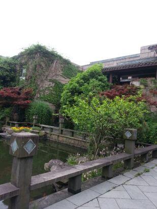 山庄位于西湖区杨公堤上,环境幽静,酒店大堂服务员工作主动,态度和蔼