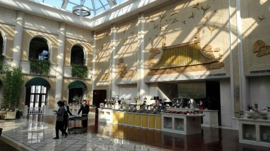 太阳岛花园酒店是中华全国总工会投资兴建的一座大型欧式花园酒店