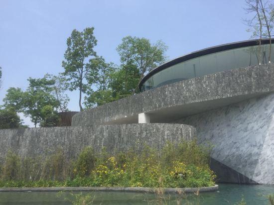 浮生御度假村位于四川绵阳罗浮山温泉旅游度假区内,由荷兰著名设计师