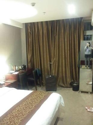 有个阳台,春节放假带老妈来重庆旅游,可是年初一晚上到了酒店,酒店方
