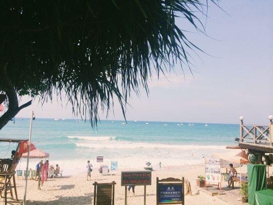 """"""" style=""""color:#0066cc;cursor:pointer;"""">联系方式   三亚大东海温馨假日海景公寓位于大东海金茂海景花园,离大东海海滩50米,徒步只需要2分钟,周边环境优美是国家4A级旅游风景区,沙滩细腻洁白,海水清澈。蔚蓝大海和翠绿青山让人陶醉忘返,听听海浪,看潮起潮落,让您心旷神怡地回归大自然。小区内部配套较为完善其中有老年人活动场所、停车场、儿童游乐场和泳池。   三亚大东海温馨假日海景公寓都是独门独户的房型,是一家装修明快、温馨、舒适,可以放心选择的公寓,房间设施齐全"""