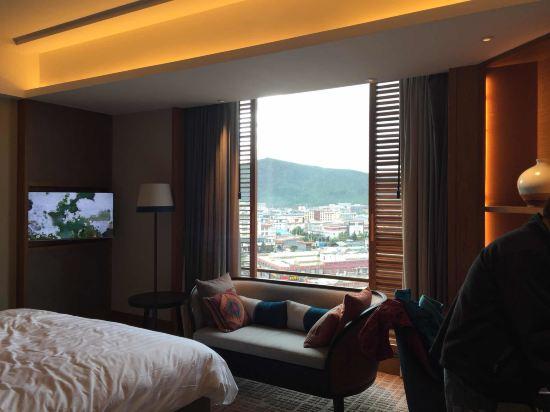 酒店的摆设很喜欢,这是我在别的Shangri-la Hotel没看到的!从稻城亚丁过来酒店,有两个沉重的箱子,没看到门童!唯有自己又拖又拉进去!前台办理入住(图一中间那个高大的男人,估计有点什么小职位)的不知道酒店怎么会让它在办理入住,这是我见过香格里拉最差最让人不喜欢的前台,说话生硬冷漠,面部没笑容表情让我看起来有点狰狞!我订的房间是1200多一晚订啦两晚,含单早,其实这个含单早也是挺让人气愤的,变相让两个入住的加钱吃早餐或者干脆不吃!很怀疑这种酒店怎么想出这样的做法!我只是提出我们两天的早餐两个人选择