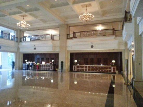 加格达奇金马饭店位于美丽、富饶的大兴安岭行政首府加格达奇,是杭州金马饭店成员酒店。 饭店附近有天台山、嘎仙洞、布苏理军事要塞、映山红滑雪场(冬季)、多布库尔漂流(夏季)等景点。 饭店整体建筑气势宏伟,装修高贵典雅,由22层主楼和4层裙房组成,拥有风格各异的贵宾包厢、中餐零点厅、咖啡厅、大堂吧、团队餐厅、宴会厅等共23个,近1100个餐位。