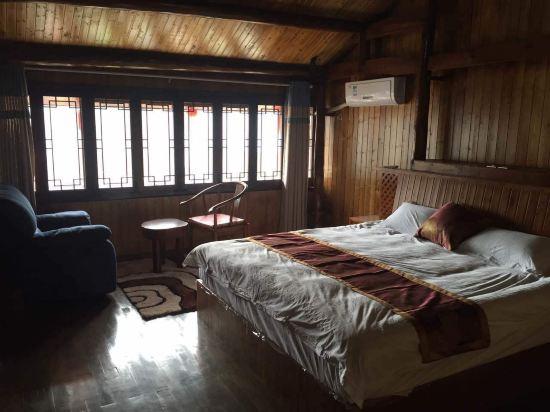 说实话我还是第一次住这种全木式结构的房子,格局还不错.房间很满意.