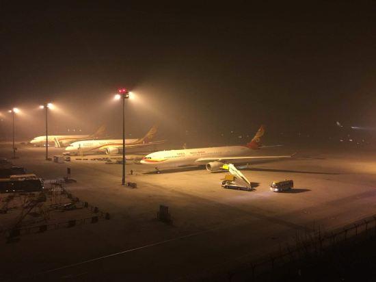 立成哥哥:  要到The Democratic Socialist Republic of Sri Lanka旅游,在北京改换飞机,又是敢很早的飞机起飞时间,住在北京市门头沟区内那是相当的不便哦。打开携程手机客户端,立即下单了北京机场T1的Capital Airport International Hotel,这个国际酒店环境优雅、位置及其优越,房间内空调、国内国际长途、上有热水、下有水道,墙上有网,桌上有杯,齐全啊。下了地铁,打了个电话,一袋烟功夫,接我的专车已经抵达接站口,前台服务小姐业务熟练,2句话