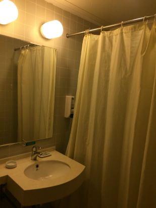 4)洗手间的抽水马桶的冲水按钮在洗漱台的下面,预留高度不够,不注意的