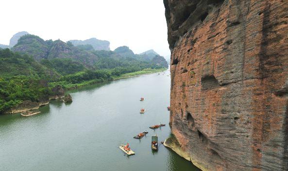 地址 : 鹰潭市贵溪市龙虎山仙水岩景区 比较平缓的竹筏漂流,主要观看