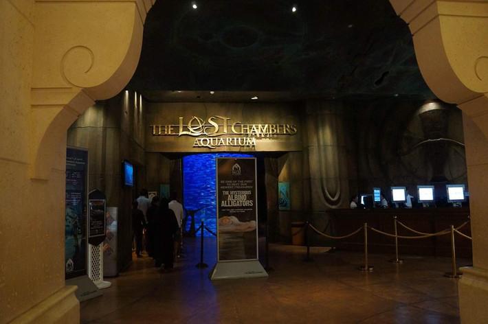 第02天 凌晨抵达幻想之城迪拜,办理出关手续,乘车前往酒店(非当晚入住酒店),享用早餐,稍事休息。随后前往外观Jumeirah清真寺,她是现代伊斯兰建筑的典范,是迪拜城中最吸引游人的景点之一;参观国家博物馆,它是由降温风塔的古代商人大屋及阿拉伯城堡改建而成,是迪拜现存最古老的建筑物;迪拜河有海湾威尼斯之称,一条宽阔的港湾向内地延伸约10公里,像一条水面宽阔的大河把这个城市分为两半,乘坐传统的水上的士。欣赏两岸的现代建筑物;后前往登上世界第一高楼哈利法塔BURJ KHALIFA*的124层观景台,站在那