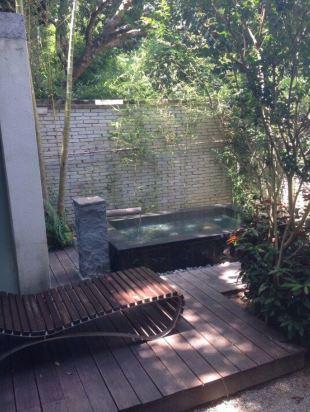 别墅内温泉泡池
