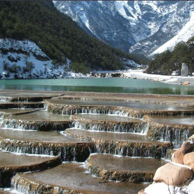 丽江白水河位于玉龙雪山风景区云杉坪旁,因其水质未受任何污染,加之