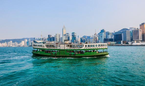 "<p class=""inset-p"">维港海面穿梭了近一个世纪的天星小轮,是香港市民跨海交通的不二选择。直至今日,天星小轮依旧保持着复古外形,船舱内的木质长椅、铁质风扇,唤起老香港记忆,受到《Lonely Planet》的强力推荐,列为""人生50个必游项目""之一。</p><p class=""inset-p"">目前天星小轮共有2条轮渡航线,停靠3个码头,分别是尖沙咀-中环线、尖沙咀-湾仔线。尖沙咀-湾仔线更适合欣赏维港夜景,每晚8点""幻彩咏香江""灯光秀表演期间,不足5港币的船资,绝对超值。尖沙咀码头紧邻星光大道和海港城,赏景、购物都很便利。湾仔码头在地标建筑金紫荆广场和会展中心旁,步行约10分钟。来香港旅游,记得把这个质优价廉的观光旅程,列入计划行程之中喔!</p>"